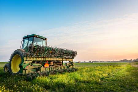 Alimentador en un campo en una granja cerca de la puesta del sol de Maryland