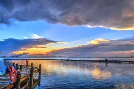 Sonnenuntergang an der Chesapeake Bay in Maryland mit der Key-Brücke und Baltimore am Horizont.