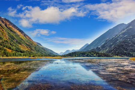 Idylic lake in the mountains with Autumn colors on the Kenai peninsula in Alaska Stok Fotoğraf - 108935998