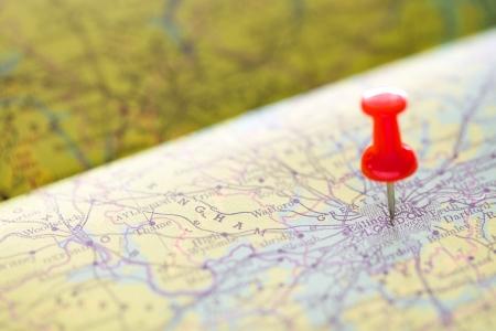 マップ上にロンドンの旅行背景を指す赤いピンをプッシュします。