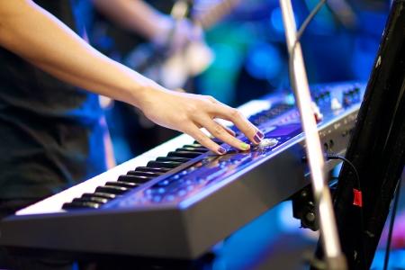 kezében zenész játszik billentyűzet koncert sekély mélységélesség