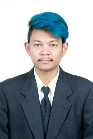 foto carnet: foto del pasaporte de la joven y atractiva hombre asiático con el pelo azul en el juego aislado en el fondo blanco Foto de archivo