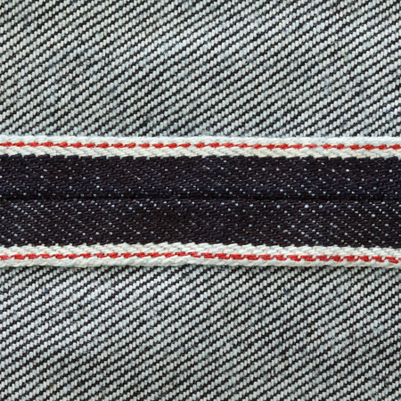 生デニム暗い洗浄インディゴ ブルー ジーンズ テクスチャ背景表示レッドライン正方形の比で耳の内部のショットを閉じる 写真素材