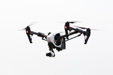 角の下から、白い背景を飛んでいる無人機