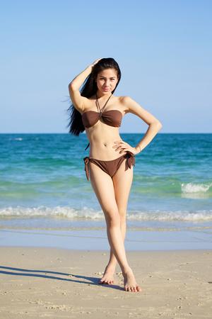 sexy young girls: красивая женщина в бикини на пляже в летний день