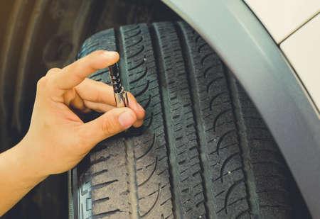 Messung des Profilverschleißes an einem Reifen eines Autos. Täglich sicherer Gebrauch.