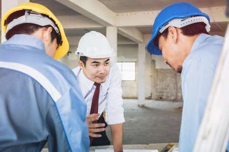 Arquitectos, ingenieros y consultores en el cumplimiento de sus tareas asignadas.