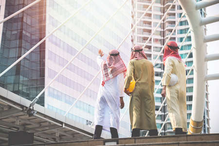 Imprenditori e architetti arabi si riuniscono per lavorare insieme per un obiettivo e un successo comuni
