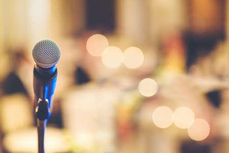 Le microphone de la fête est en arrière-plan flou. Banque d'images