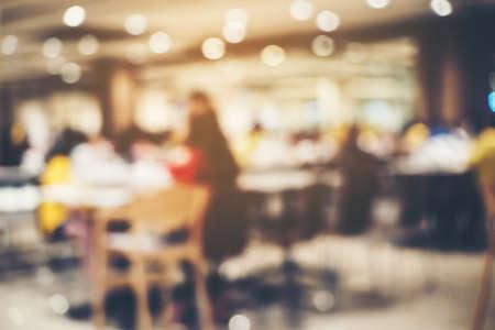 El restaurante en el mercado es una imagen de fondo borrosa.