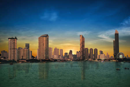 Bangkok's evening business city in Thailand and the river is the center. Stockfoto