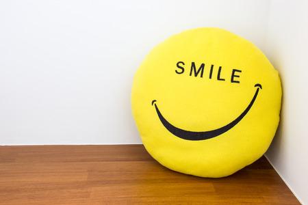 alegria: Concepto de la felicidad con la muñeca de la sonrisa en la esquina de la habitación Foto de archivo