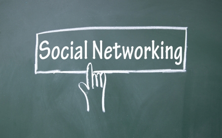 抽象的な指が社会的なネットワー キングの記号をクリックします