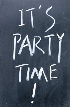 disco parties: es tiempo de fiesta escrito con tiza en la pizarra Foto de archivo