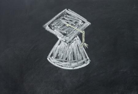 Ph D cap Zeichen mit Kreide auf Tafel gezeichnet