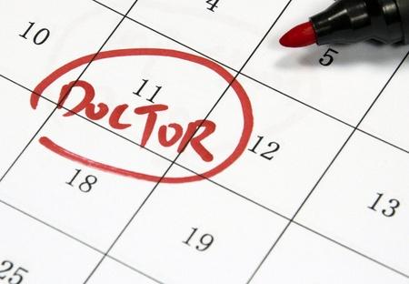紙にペンで書かれた医師のサイン