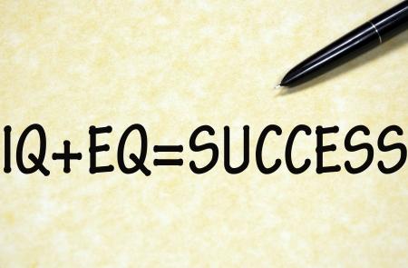 inteligencia emocional: fórmula para el éxito escrito con la pluma en el papel Foto de archivo