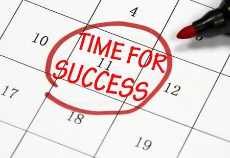 紙にペンで書かれた成功のサインのための時間