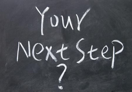 oefenen: uw volgende stap titel geschreven met krijt op blackboard
