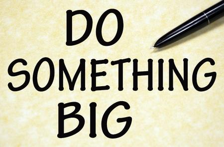 actitud positiva: hacer algo grande t�tulo escrito con la pluma en el papel