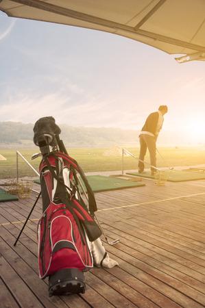 teen golf: los jóvenes la práctica del golf Foto de archivo
