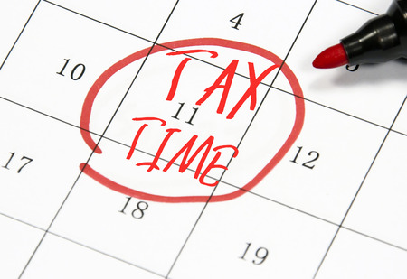 registros contables: signo tiempo del impuesto escribir en un papel Foto de archivo