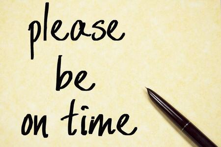 punctual: por favor llegue a tiempo de escritura en papel Foto de archivo