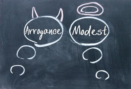 arrogancia: �ngeles y demonios pensamiento signo en la pizarra