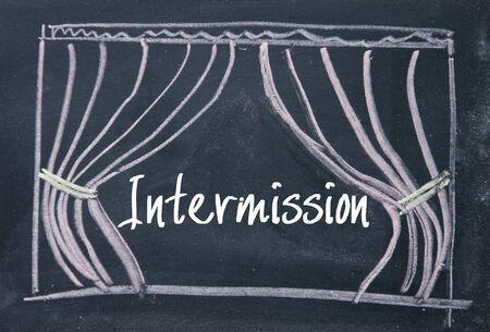 entracte: texte Intermission et rideau de fond sur le tableau noir Banque d'images