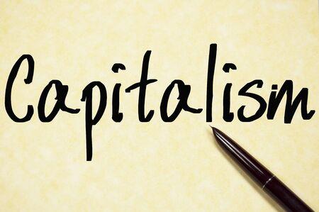 capitalismo: palabra capitalismo escribir en un papel