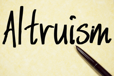 altruismo: palabra altruismo escribir en un papel