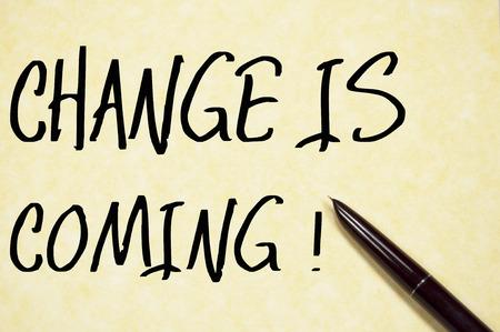 verandering komt tekst te schrijven op papier Stockfoto