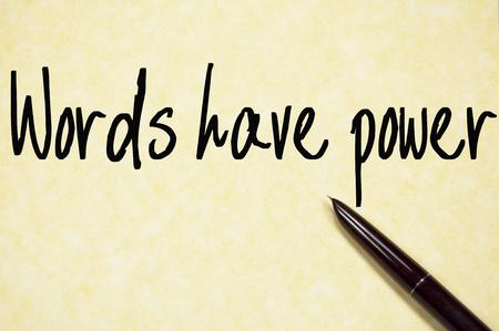 las palabras tienen poder de escritura de texto en papel Foto de archivo