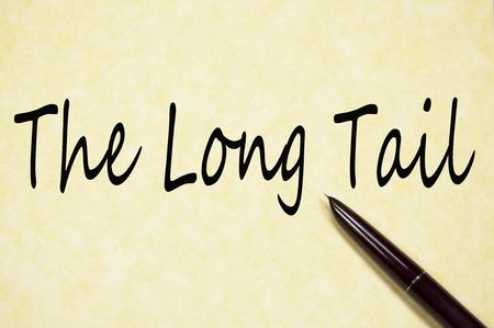 De lange-staarttekst schrijft op papier
