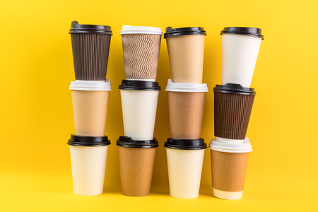 a variety of paper cups for coffee to go or take away. 免版税图像