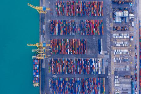Versandcontainer im Hafen von oben. Ungewöhnliches Original-Luftbild.