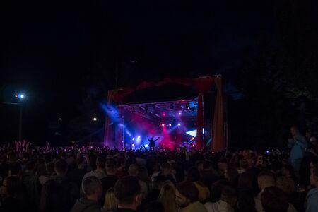 28.06.2019 - Kiev Ukraine. Kuraz bazar event. Gus Gus gig show. People enjoying music concert. Evening show 新聞圖片