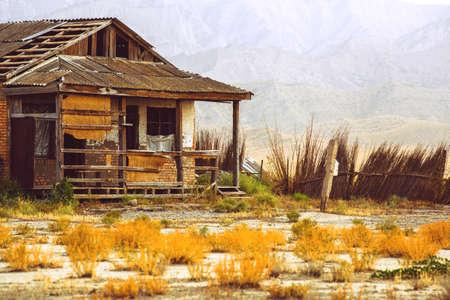 Casa abandonada en la sabana. Abandonado solitario.