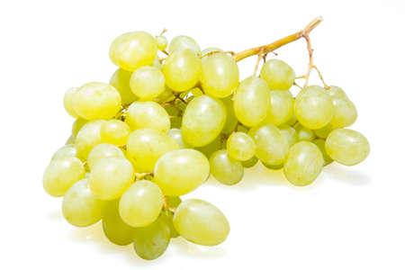 groene druiven op witte geïsoleerde achtergrond