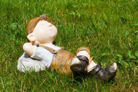 Jonge jongen sliep in het gras
