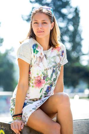 Bella ragazza con un dolce sorriso seduto sul tetto della vecchia casa. Archivio Fotografico - 53990937