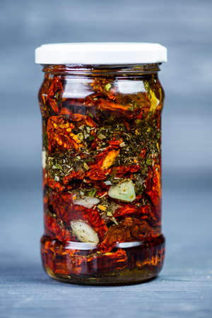 sun-dried tomatoes with olive oil and spices in a jar 版權商用圖片