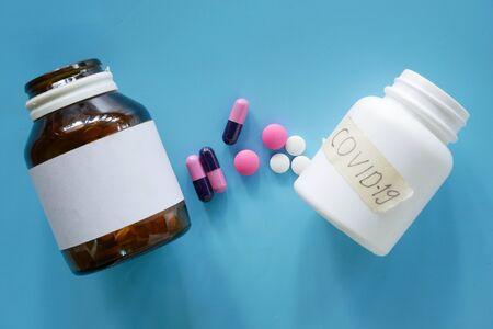 medical pills on blue background, bottle of pills Banque d'images