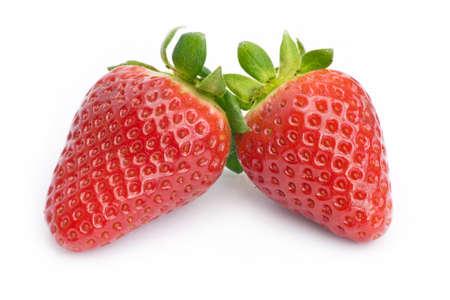 curare teneramente: Primo piano di due fragole fresche su bianco