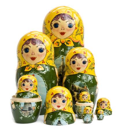 decreasing in size: Famiglia di bambole russe nidificate isolato su bianco