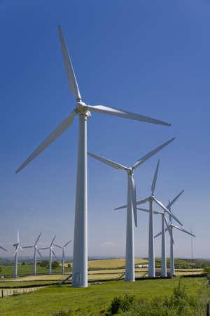 windfarm: Molinos de viento en un WindFarm contra un cielo azul  Foto de archivo
