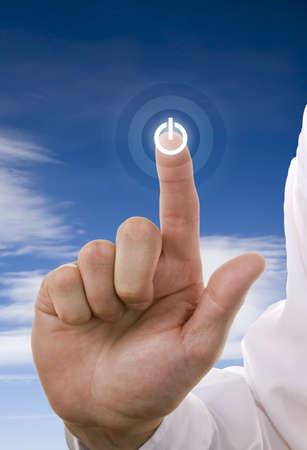 empujando: Businessmans parte de conmutaci�n en un bot�n de encendido