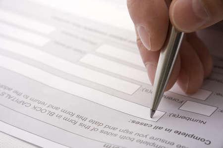 firmando: Llenar detalles de un contrato o formulario de solicitud  Foto de archivo