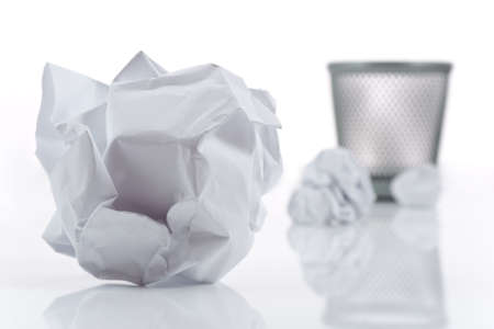 wastepaper basket: Carta sbriciolato e cesto macero isolata on white