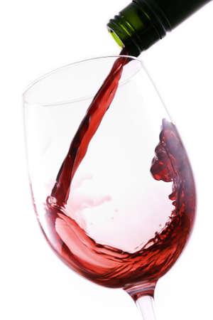 wine pouring: Versare in un bicchiere di vino rosso